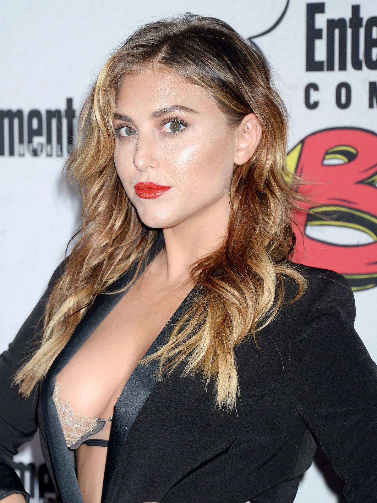 Cassie Scerbo At Entertainment Weekly S Annual Comic Con