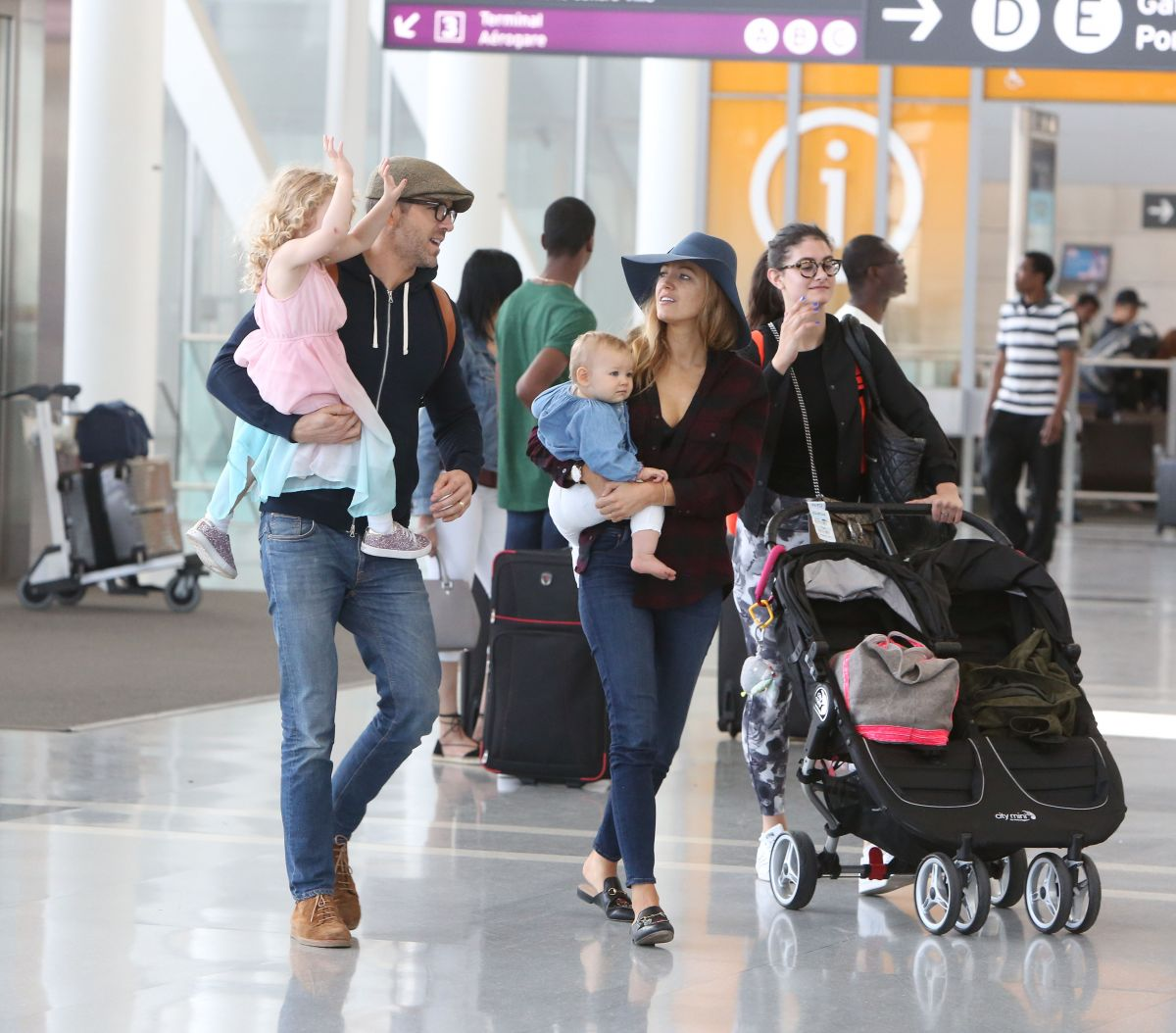 Blake Lively and Ryan Reynolds fly out of Toronto with ...