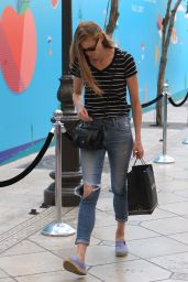 Alyssa Sutherland Goes shopping in Hollywood