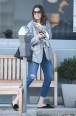 Mandy Moore and some family members stop for a coffee at Caffe Luxxe in Brentwood