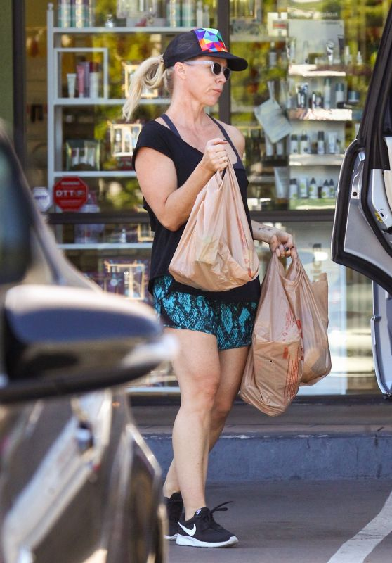 Jennie Garth Out for grocery shopping in Los Angeles