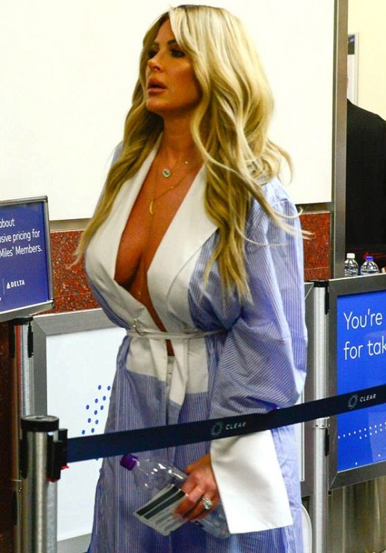 """Kim Zolciak """"Real Housewife"""" Flaunting Her Cleavage Going Through Airport Security In Atlanta"""