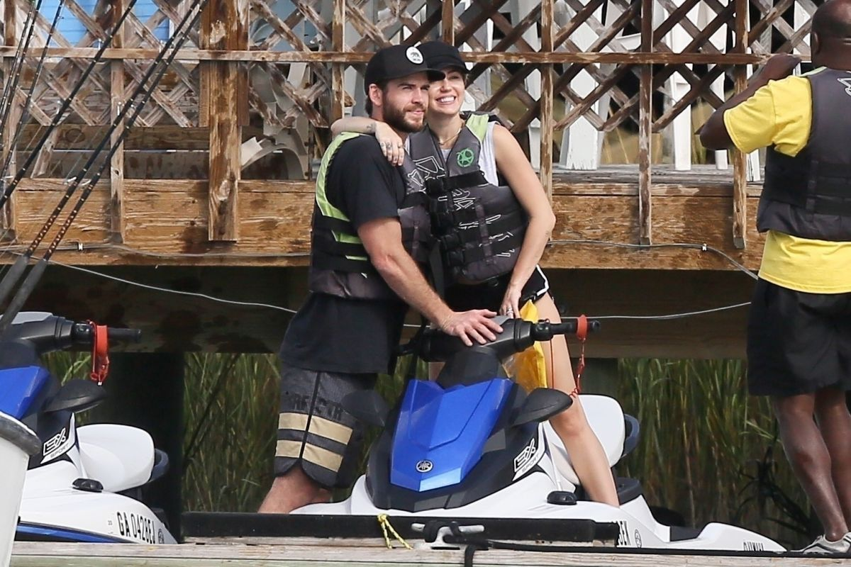 Miley cyrus liam hemsworth go for a day date on tybee for Jimmy fallon miley cyrus islands in the stream