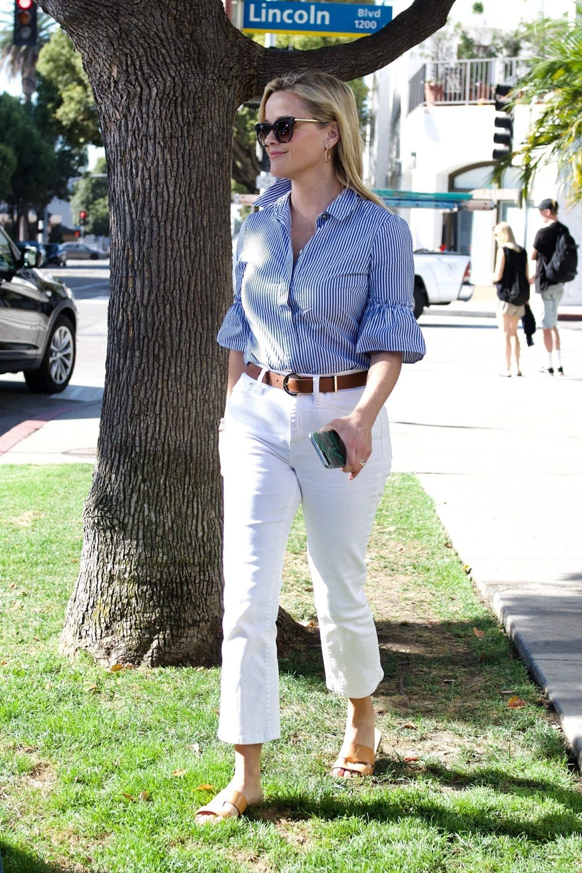 Reese Witherspoon Heading off for a business meeting in Brentwood
