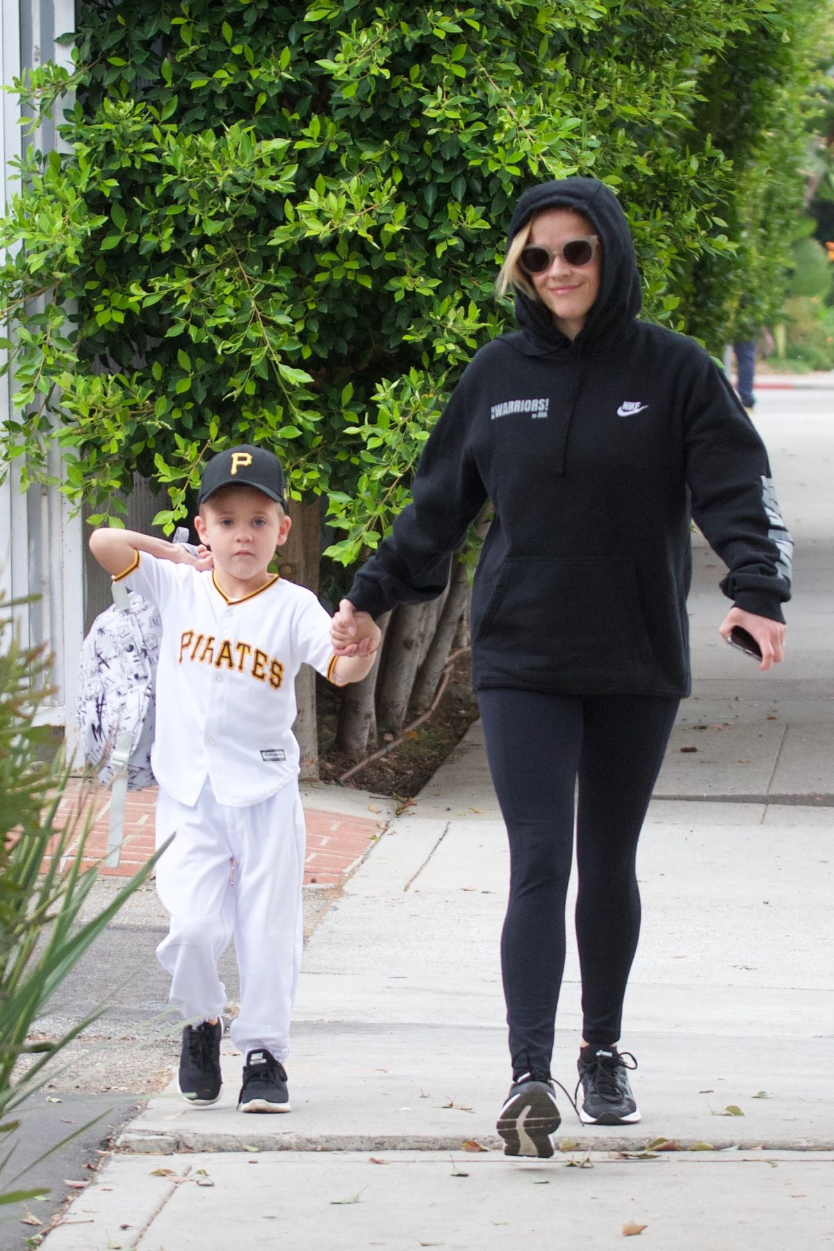 Reese Witherspoon Takes her son to school in Los Angeles