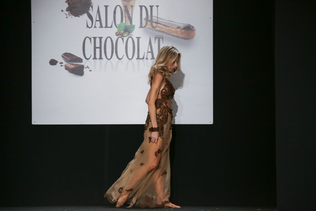 Tonya kinzinger at salon du chocolat 2017 at paris porte - Salon porte versailles ...