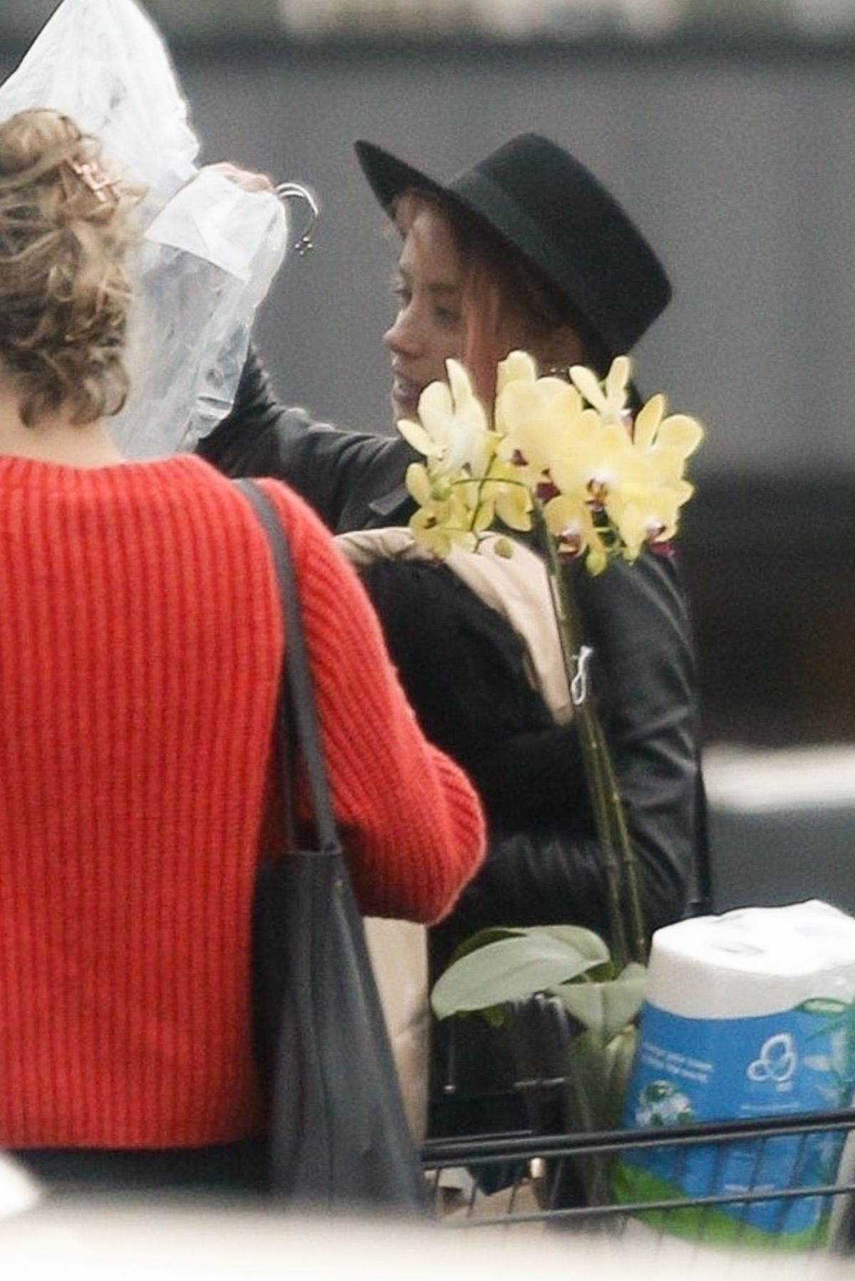 Amber Heard Loads up her car with some help from a friend at the market in Los Feliz