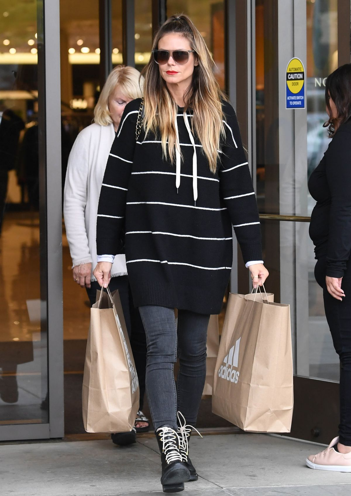 grossiste d154f 00fb3 Heidi Klum Carries out two big Adidas shopping bags from ...