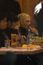 Gwen Stefani Enjoys dinner with a group of friends in Yalla Yalla Beirut Street Restaurant, London