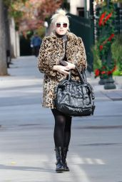 Gwen Stefani Steps out for lunch in Studio City, California