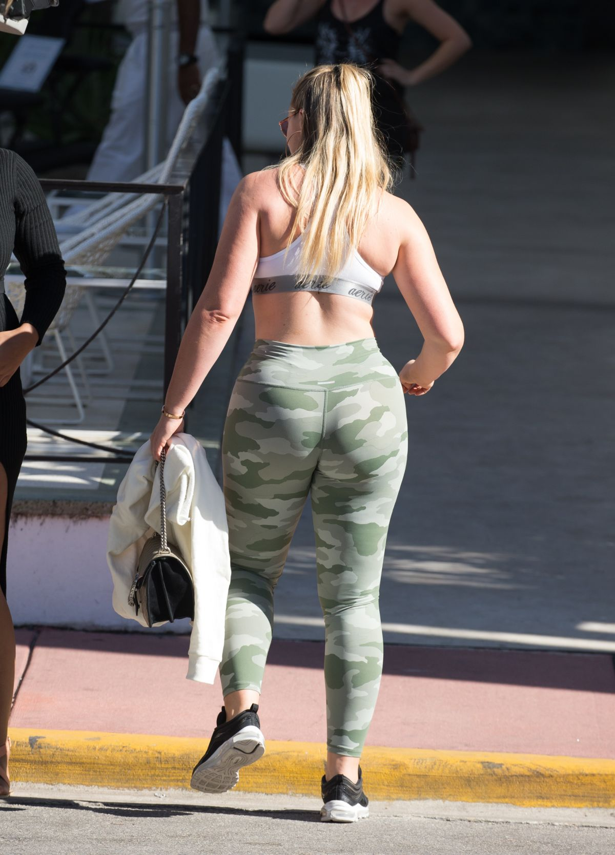 Iskra Lawrence Shows off her curves in yoga pants and a ...