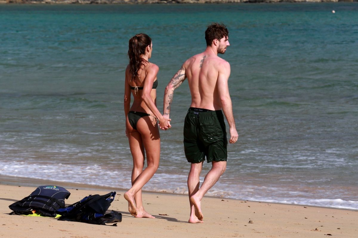 Izabel Goulart in Bikini with boyfriend on the beach in Recife Pic 3 of 35