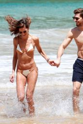 Izabel Goulart Showed off her toned tummy while enjoying a kiss on the beach on Christmas day in Recife