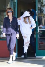 Lisa Rinna Takes her daughters Amelia Hamlin & Delilah Hamlin for a trip out town, Lake Forest