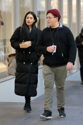 Vanessa Hudgens Carries her lunch on the set of