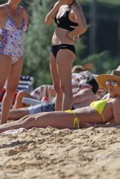Britney Spears Hits the beach in Hawaii in a yellow bikini
