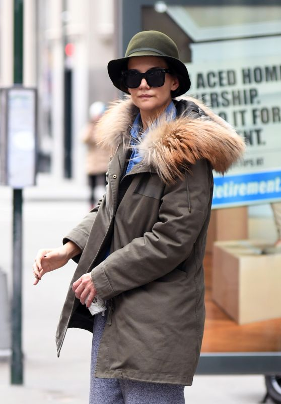 Katie Holmes Seen waving for the bus at a Bus stop at 5av in New York City
