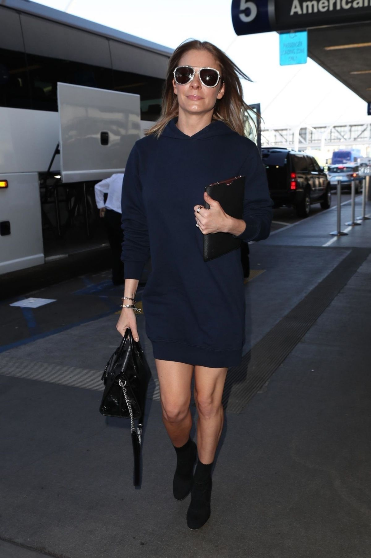09d135619c LeAnn Rimes Shows off her legs and back as she departs LAX