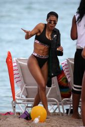Teyana Taylor Shows off her washboard abs and her curves as she hits the beach in black bikini in Miami
