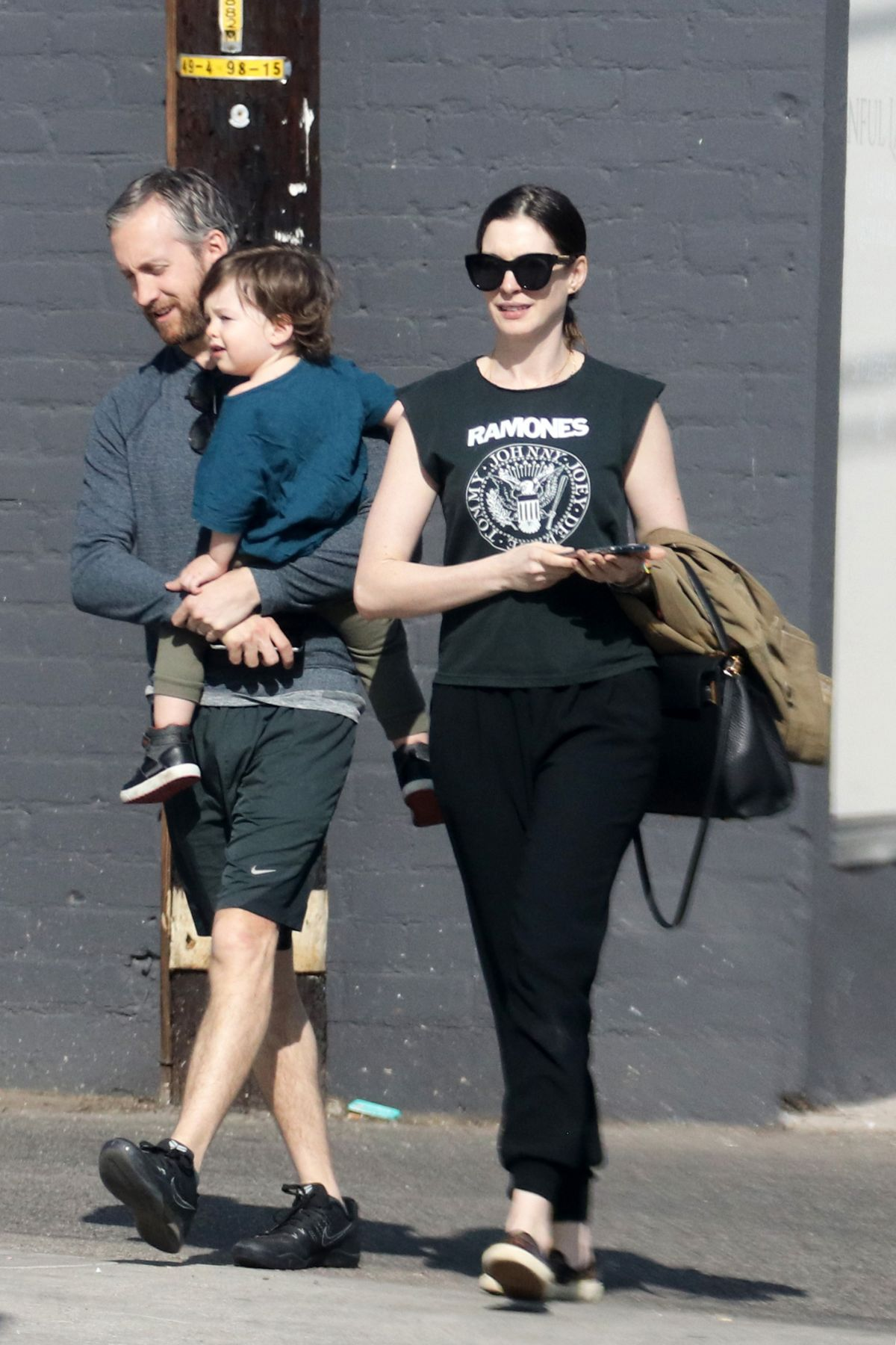 anne-hathaway-steps-out-with-her-family-in-los-angeles-1.jpg