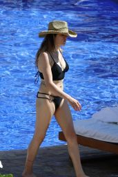 Frances Bean Cobain Hits the beach and pool in Hawaii
