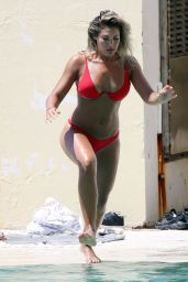Noni Janur Shows off her incredible bikini body in Sydney
