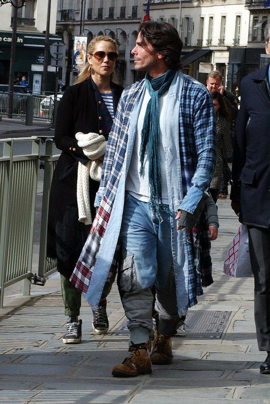 Elizabeth Berkley Seen strolling in Paris