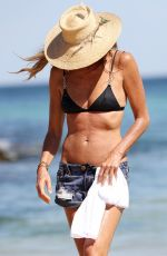 "Elle Macpherson AKA ""The Body"" Keeping cool in Bondi beach in Australia"
