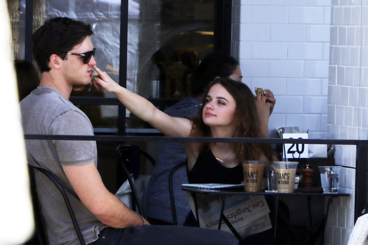Joey King Shops at the Farmer's Market with her boyfriend