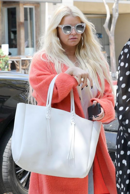 Jessica Simpson Arrives for lunch in Beverly Hills