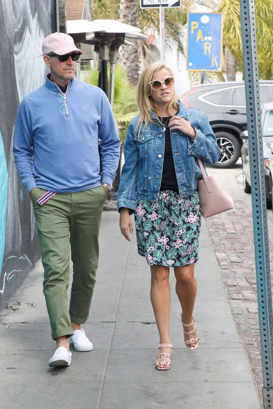 Reese Witherspoon Leaving Gjelina restaurant with her husband Jim Toth in Venice