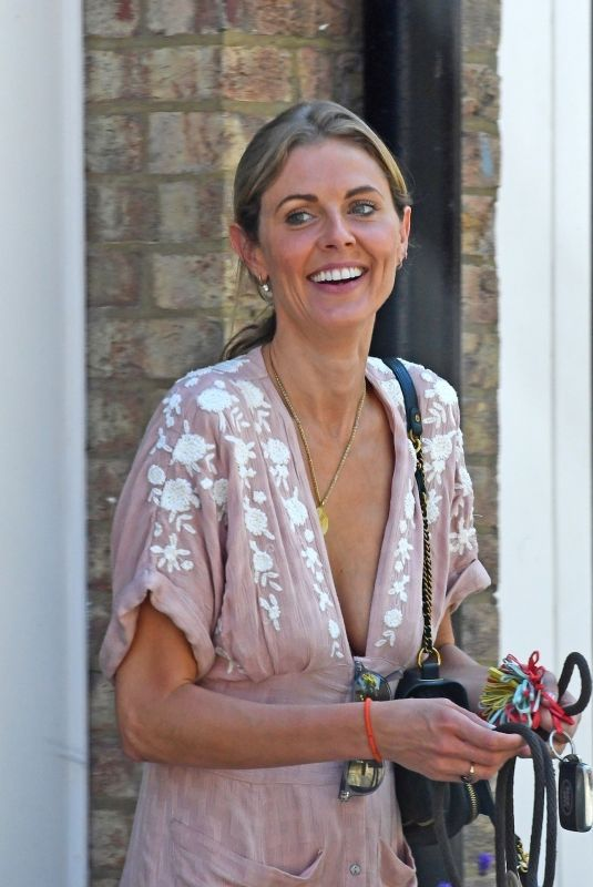 Donna Air Wearing a low slung to in London