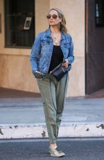 Elizabeth Berkley Has an appointment at a medical building in Beverly Hills