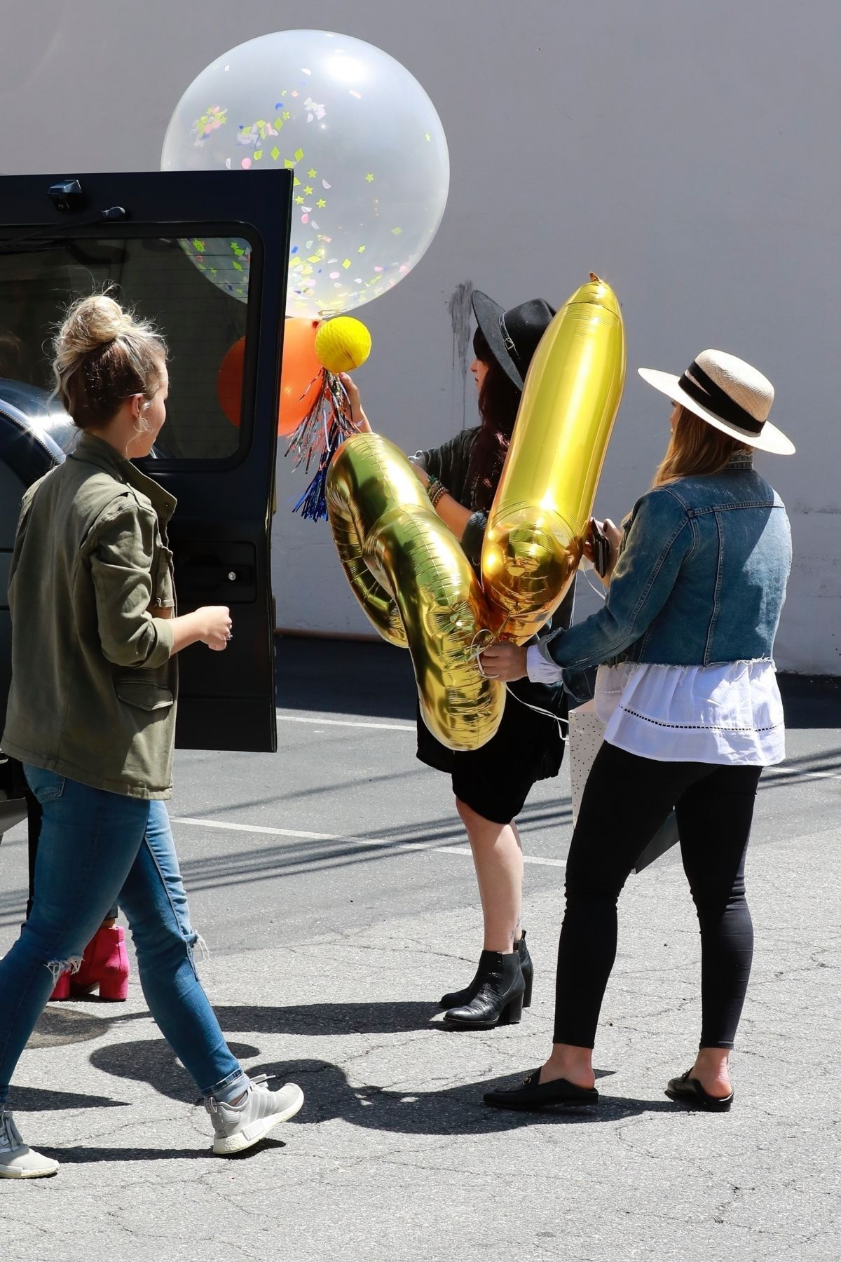 Hilary Duff Picking Up Some Gigantic Party Balloons For A Friend