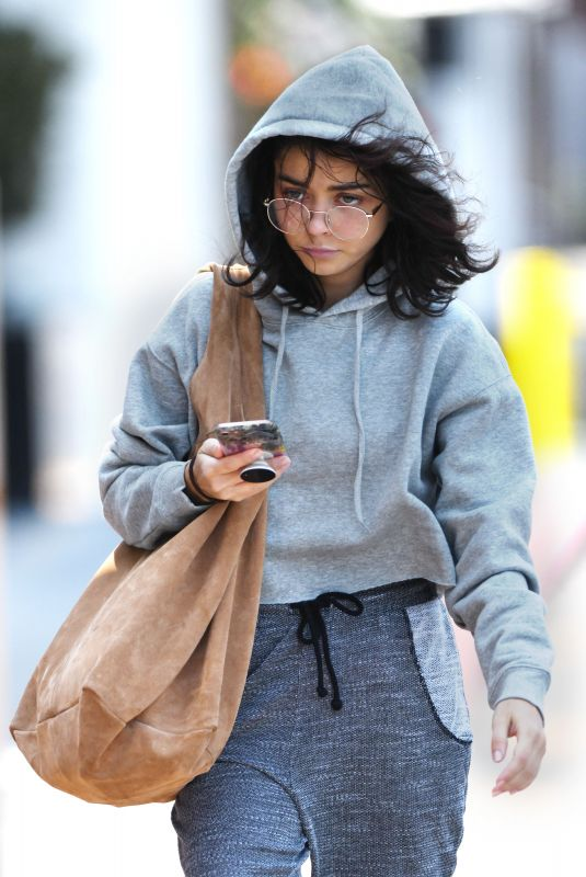 Sarah Hyland Steps out for the first time after being hospitalized, Los Angeles