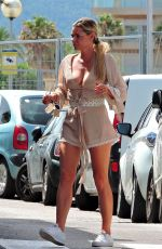 Sophie Monk Enjoys lunch with friends during a break from filming in Mallorca