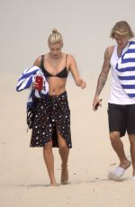 Justin Bieber & Hailey Baldwin Have a romantic picnic on the beach in The Hamptons, New York