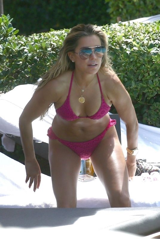 Sylvie Meis Shows off her body in a bikini while relaxing at the pool in Miami