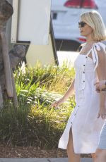 Holly Willoughby Soaks up the Australian sunshine
