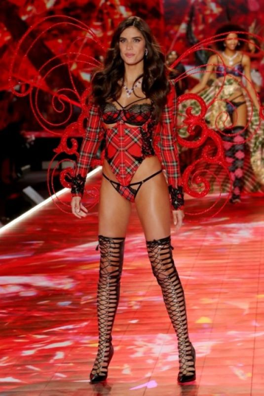 Sara Sampaio - Victoria's Secret Fashion Show 2018 - Show