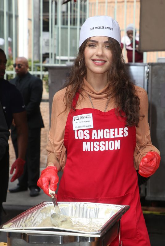 Victoria Konefal At Los Angeles Mission Thanksgiving Meal for the Homeless
