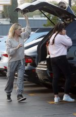 Jennie Garth Gets some last minute grocery shopping done on Christmas Eve