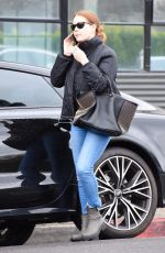 Amy Adams Gets some shopping done under the rain in the 90210 in beverley Hills