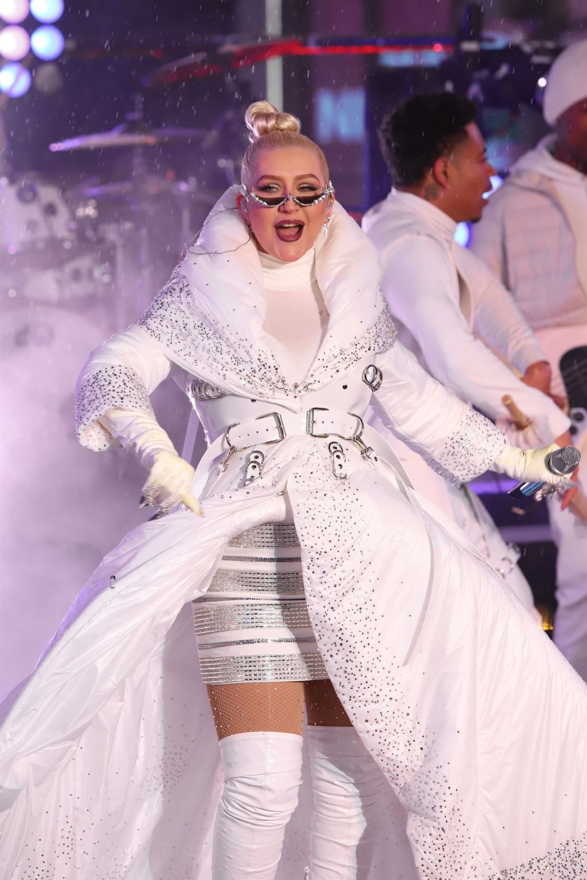 christina-aguilera-performs-on-nye-in-ti