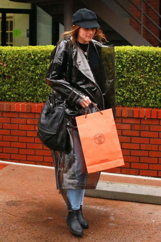 Katherine Schwarzenegger Out for lunch on a rainy day in Brentwood