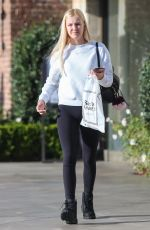 Ava Sambora Shopping at See