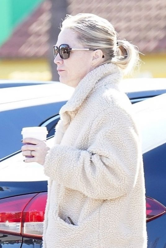 Jennie Garth Makes a trip to her favorite Coffee Bean store in Beverly Hills