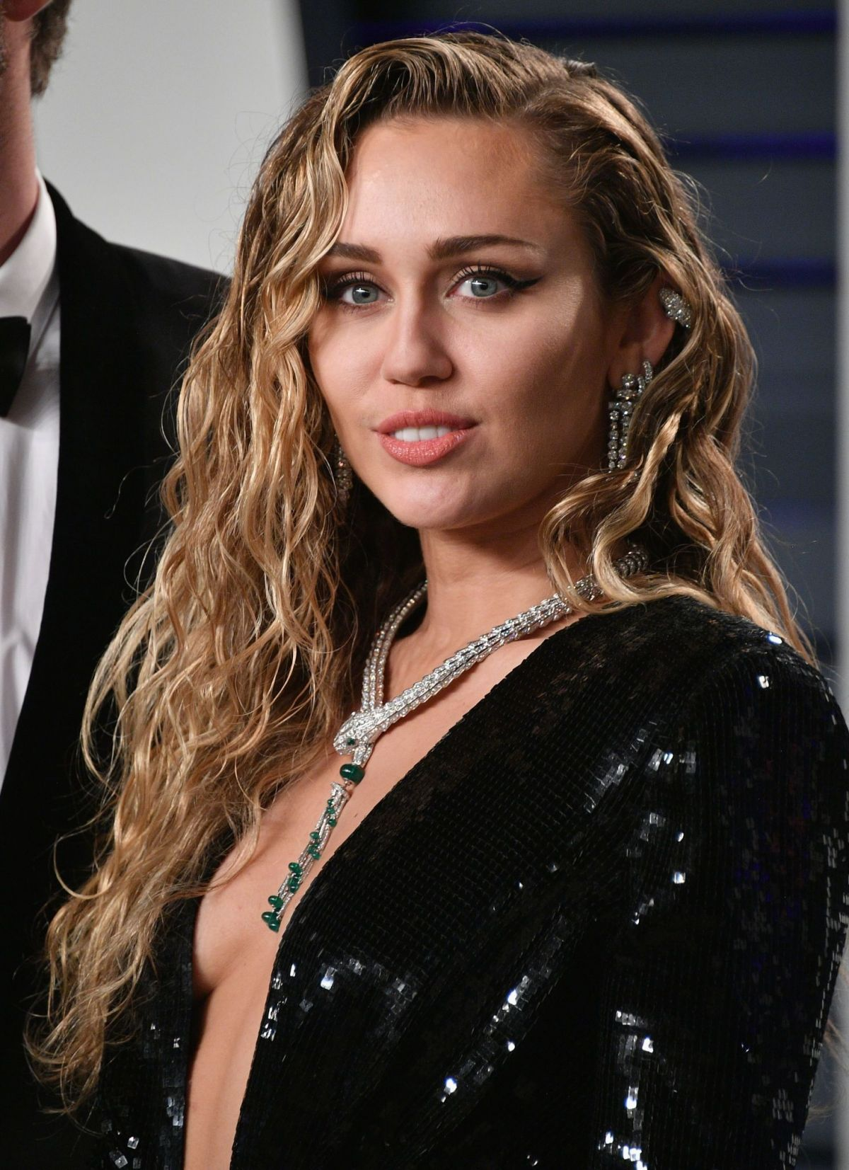 Miley Cyrus At 2019 Vanity Fair Oscar Party in Beverly ... Miley Cyrus