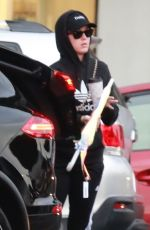 Katy Perry Shopping and getting some dinner to-go at Larchmont Village in LA