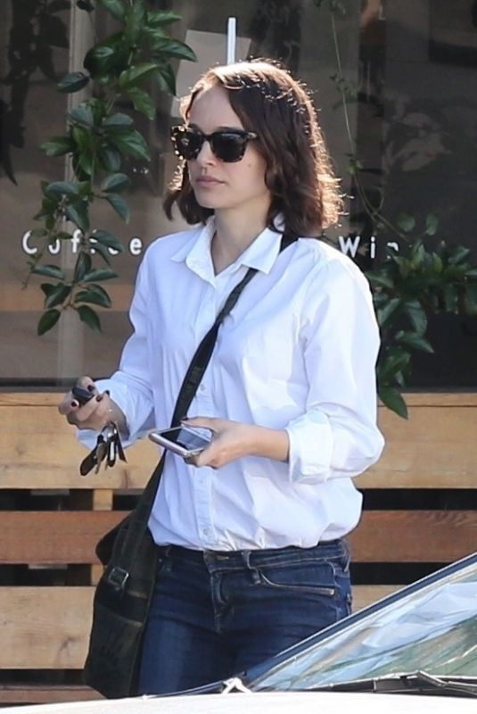 Natalie Portman Having Morning breakfast in Los Feliz